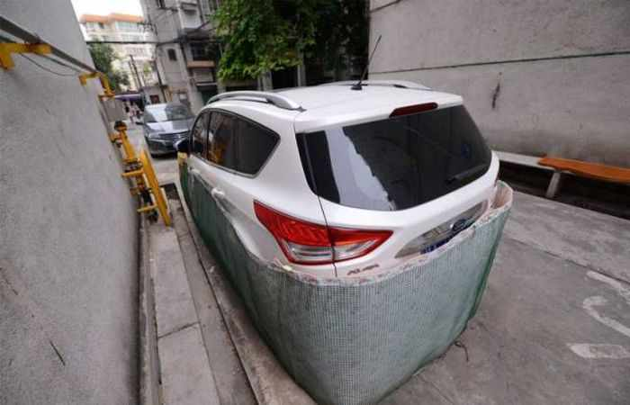 Chinese Drivers Covering Their Cars with Rat-Proof Cover -01