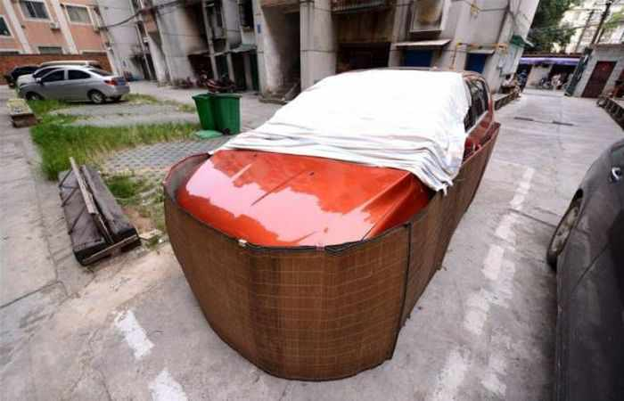 Chinese Drivers Covering Their Cars with Rat-Proof Cover -04