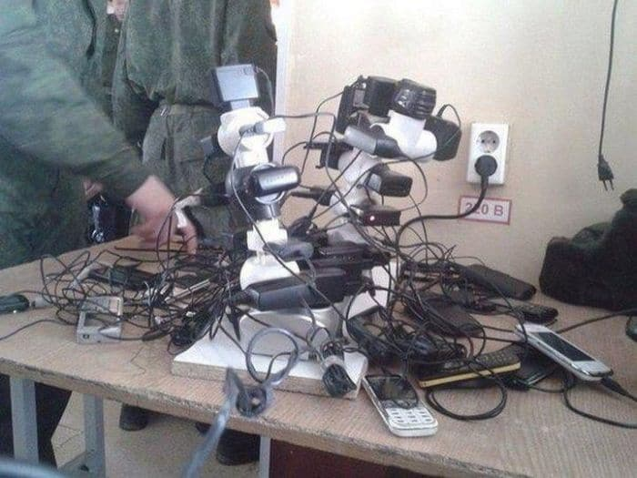 13 Ridiculous Pics of Smartphone Charging in the Army Will Make You LOL -09