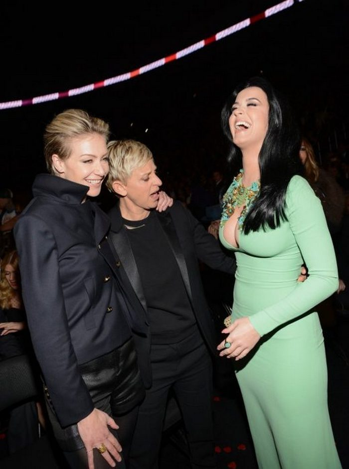 Awkward Pics Of Celebrities That Caught Staring (27 Pics)-04