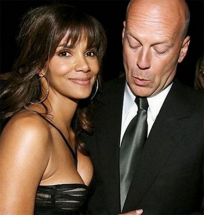 Awkward Pics Of Celebrities That Caught Staring (27 Pics)-06