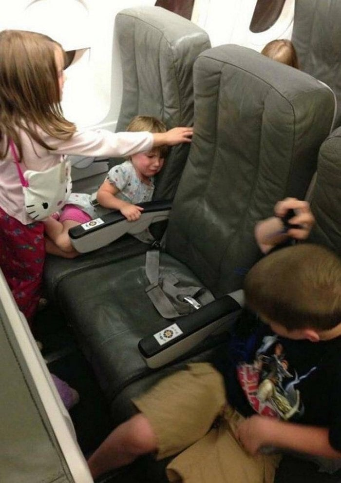 Awkward Airplane Moments That Are Funny And Scary (18 Photos)-16