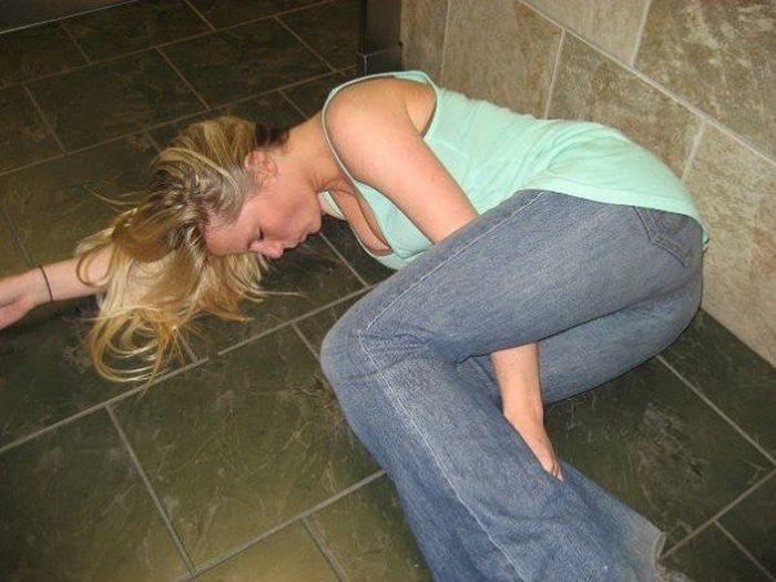 Embarrassing Drunk Girls That Are Too Hilarious To Handle (40 Photos)-28