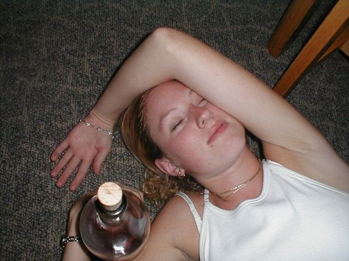 Embarrassing Drunk Girls That Are Too Hilarious To Handle (40 Photos)-34
